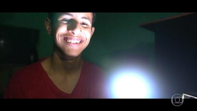 jovem-luz-comunidade-interior