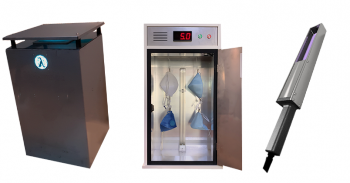 uma lixeira metálica com luz ultravioleta na borda, uma caixa metálica com máscaras dentro, e um instrumento de desinfecção manual que também utiliza energia ultravioleta uv-c