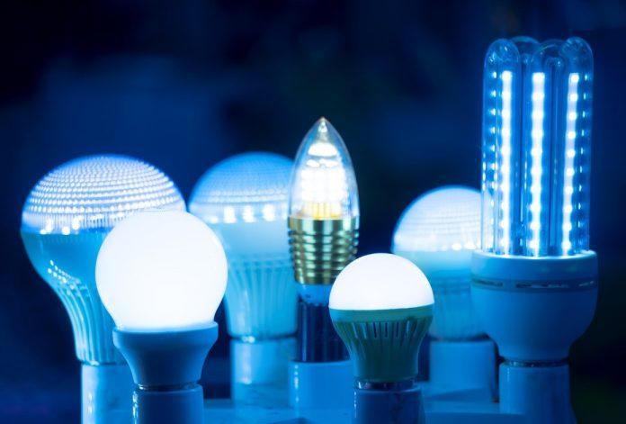lâmpadas de led de luz branca e azulada, em formatos circulares e cilíndricos, emanam luz de baixo para cima