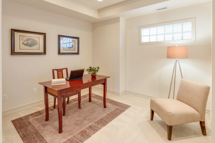 Versáteis, luminárias de piso unem funcionalidade e decoração em tempos de home office